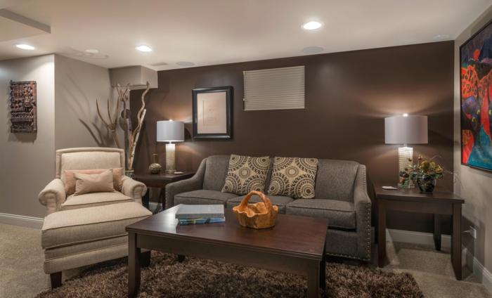 fauteuil crème, table marron, tapis taupe poilu, sofa gris, peinture mur taupe; tableau peinture abstraite