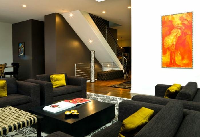 quel mur peindre en foncé pour agrandir une pièce, grand salon contemporain, fauteuils noirs, coussins moutarde