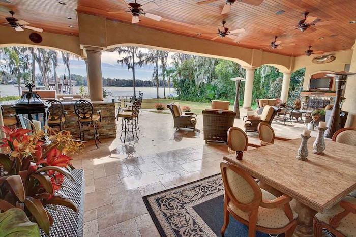 photo grande terrasse couverte d'été avec avec vue sur mer et sol carrelage