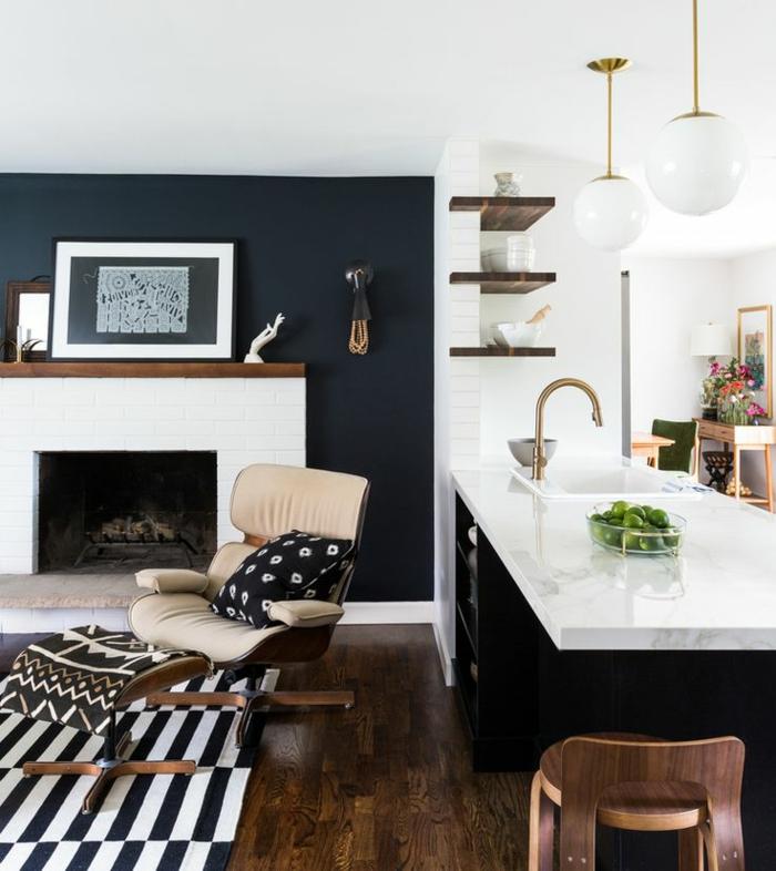 comment peindre un mur pour agrandir l'espace, cuisine en noir et blanc, îlot de cuisine noir et blanc, tapis rayé, étagères en bois foncé, lampes suspendues blanches