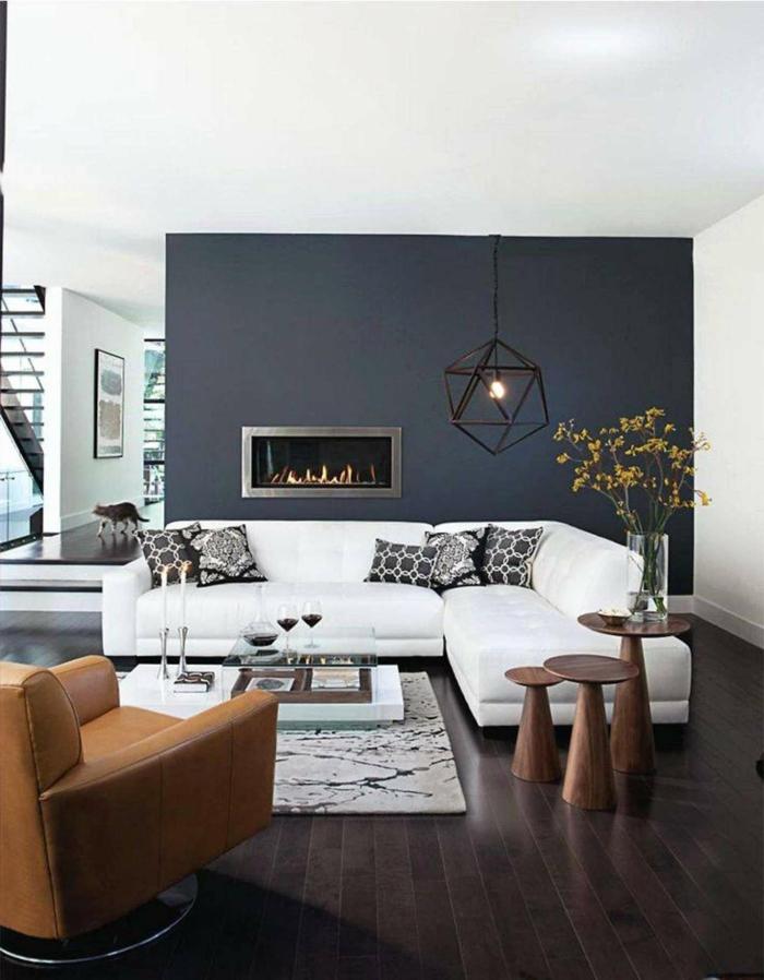 cheminée murale encastrée, lampe cage, tapis marocain, fauteuil en cuir, couleur mur salon gris, cheminée murale contemporaine