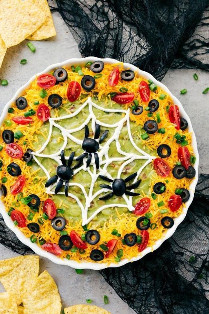 recette de trempette nachos à la mexicaine façon toile d'araignée, de guacamole, fromage, tomates cerises et olives