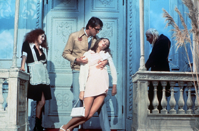Rocky Horror, femme qui s'évanouit, femme en costume noir et avec salopette blanche, homme courbé aux cheveux blancs