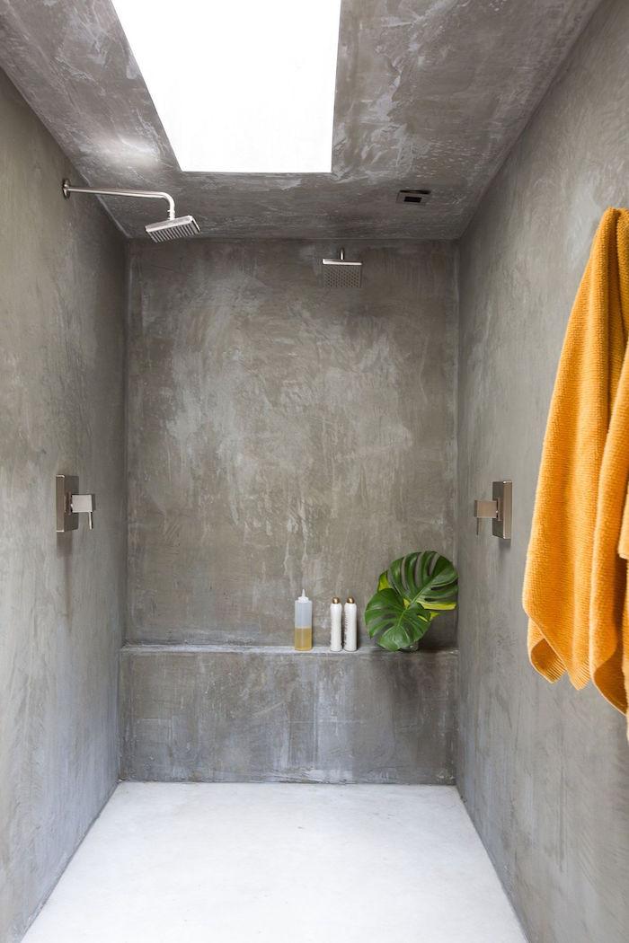 petite salle de bain monobloc sans carrelage tout en béton gris avec douche italienne