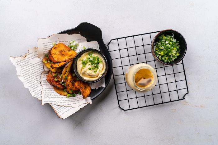 idee apero diantoire facile et rapide à cuire au four, chips maison à la paprika, oignons verts de l ail et fecule de mais