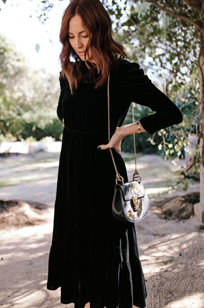 tenue invitée de mariage robe longue noire, pochette noire, bandoulière chaine