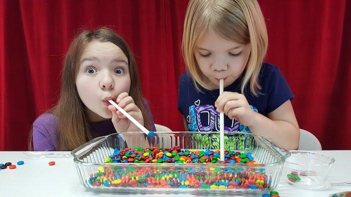 jeu d adresse avec des pailles pour transporter des bonbons mm colorés dans une petite coupelle, anniversaire 6 ans