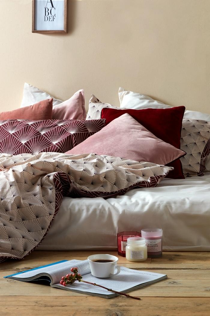 housses de couettes en couleurs douces, couverture de lit patterns géométriques, bougies parfumées, plancher en bois