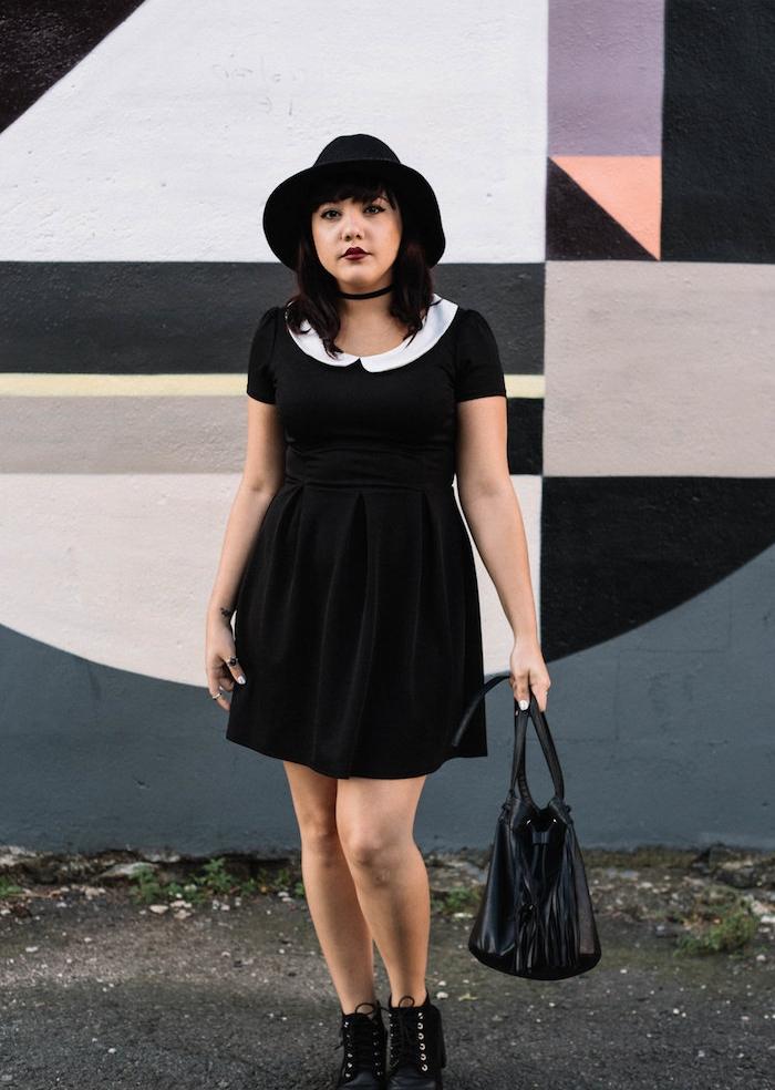 robe noire à col blanc comme deguisement sorciere original, bottines noires, sac à main noir femme, collier ras du cou, chapeau melon