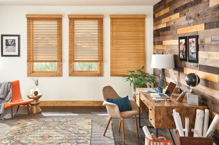 bureau en bois avec tiroirs, tapis bariolé, chaise design scandinave, panier tressé, store d'intérieur en bois, chaise orange