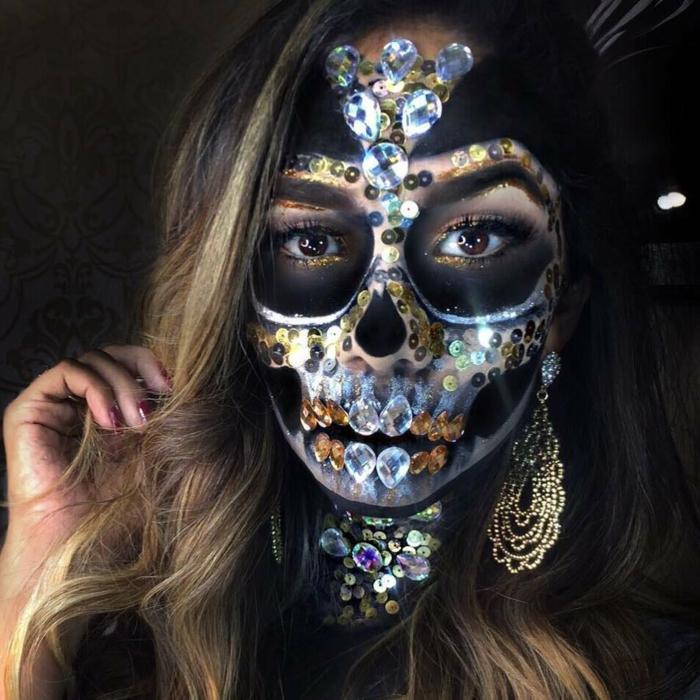 maquillage squelette composé, strass et bijoux pour visage, boucles d'oreilles pendantes, dents en pierres décoratives