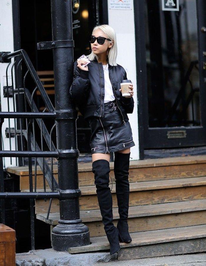 Moderne tenue avec cuissardes pour femme stylée, idée comment s'habiller en automne avec une jupe courte simili-cuir et bomber veste noire