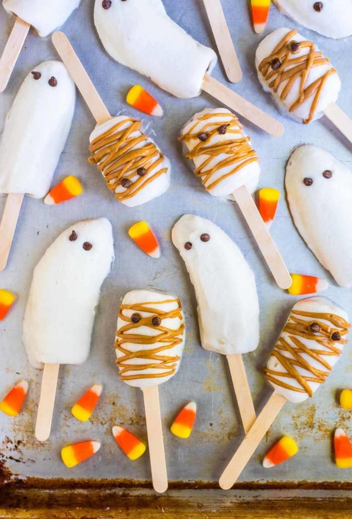 comment faire des sucettes de banane enrobées de chocolat aux yeux en chocolat façon fantômes d'halloween
