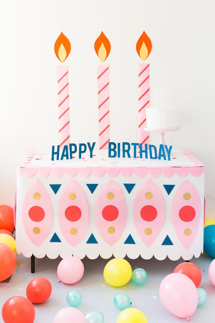 Décoration salle anniversaire, décoration anniversaire 18 ans, date importante, table décoré comme un grand gateau