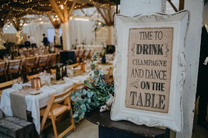 enseigne amusante pour un mariage champêtre, guirlandes et tables décorées, décoration mariage champêtre chic