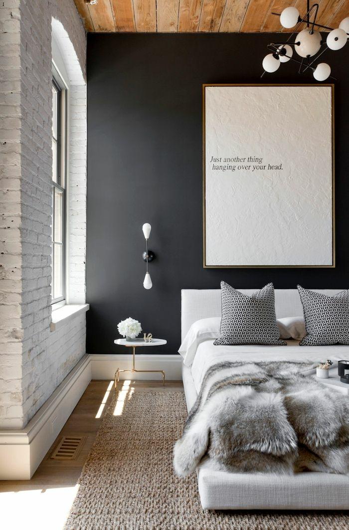 chambre à coucher monochrome, plafond en planches de bois, mur en briques blanches, peinture pour chambre gris