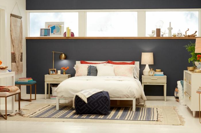 peinture pour chambre, tapis rayé, chevets minimalistes, tenture murale, commode blanche, chambre à coucher éclectique