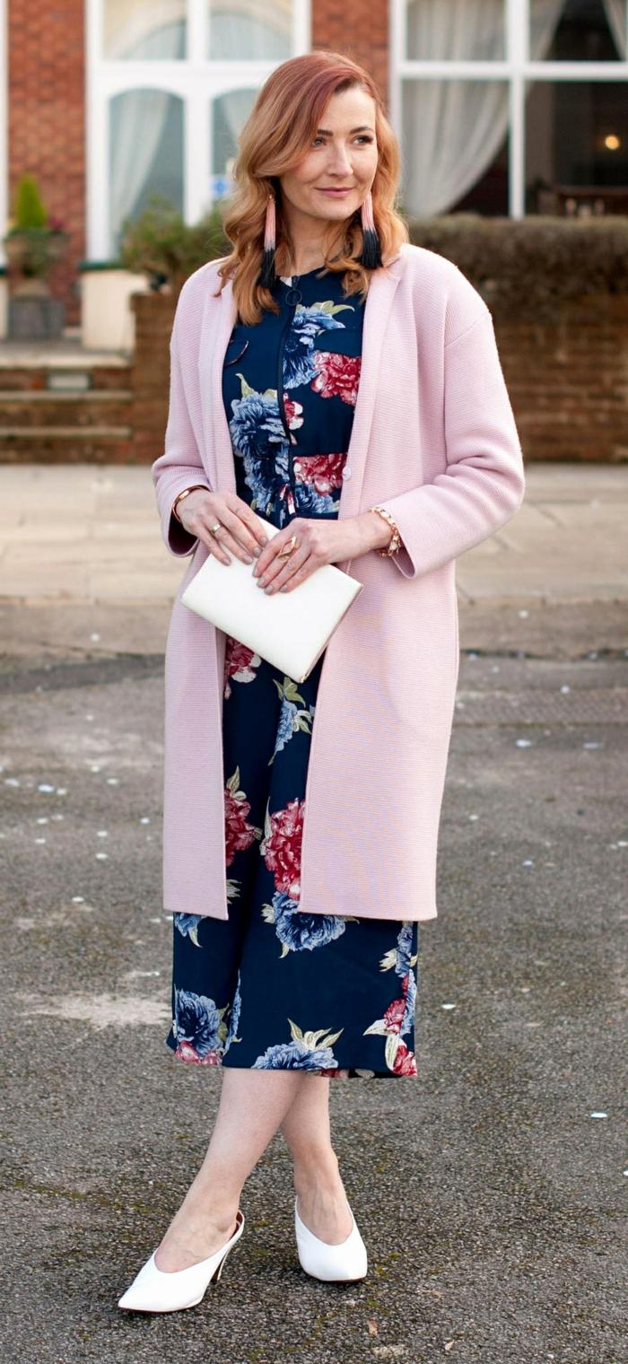 tenue d'invitée de mariage magnifique, robe florale bleue, manteau rose coupe droite, boucles d'oreilles pendantes franges roses