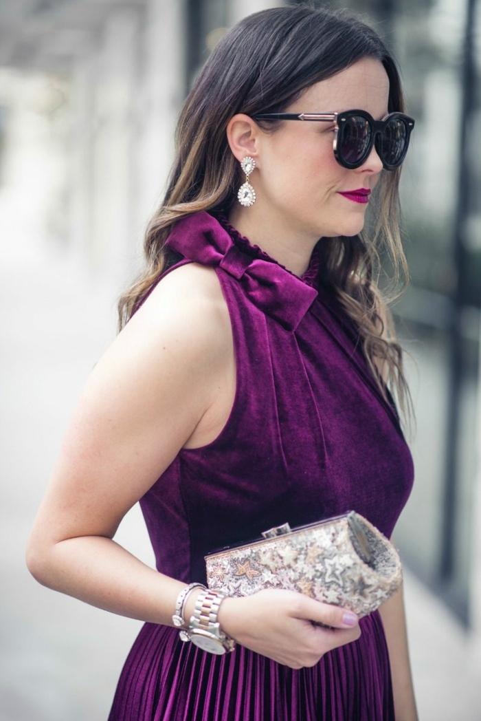 robe couleur indigo, tenue de mariage femme invitée, pochette argentée, papillon au col, montre et bracelet statement