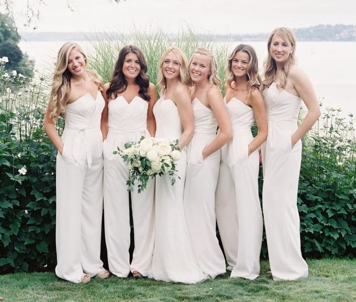 idée de tenue tendance pour assister à un mariage, modèle de combinaison femme chic en blanc avec bustier en V et ceinture à larges jambes