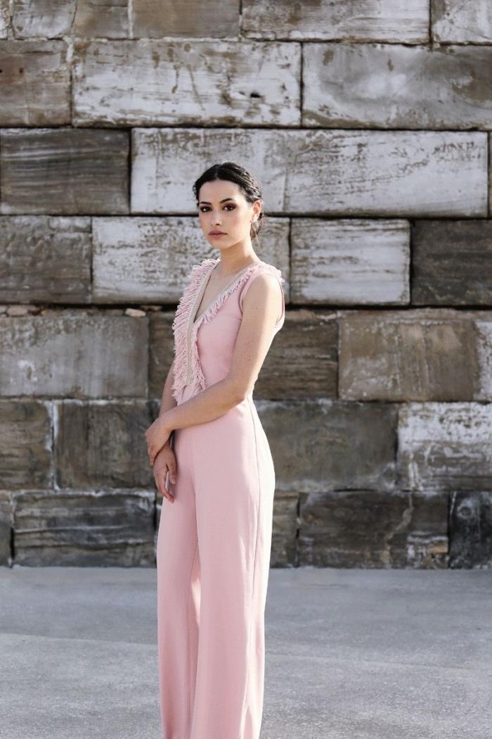 idée quelle couleur vêtement pour un mariage, modèle de combinaison élégante et chic de couleur rose pastel
