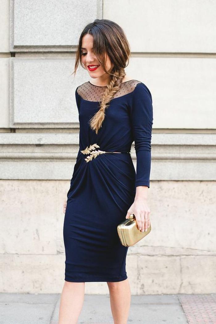 robe bleue, ceinture métallique fine, pochette dorée, décolleté plumetis bateau, coiffure en tresse de côté