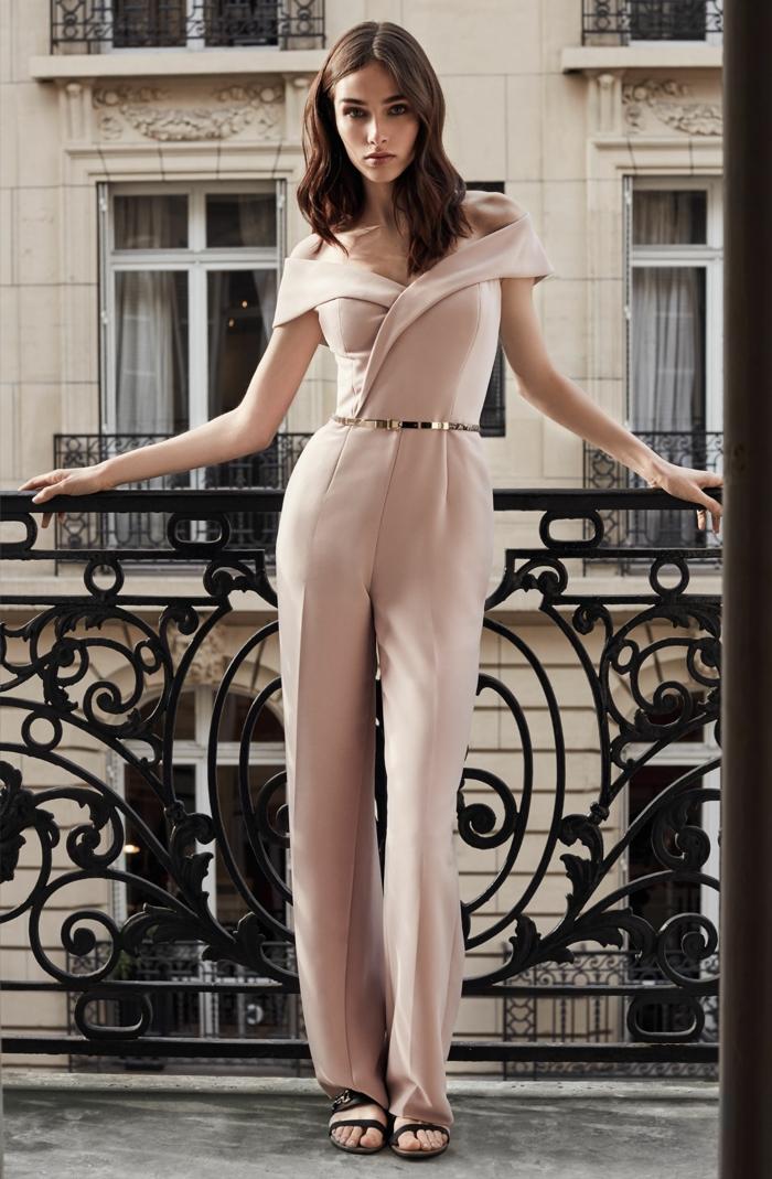 combinaison rose poudré, tenue mariage invitée femme pantalon, ceinture dorée, balcon rambarde fer forgé