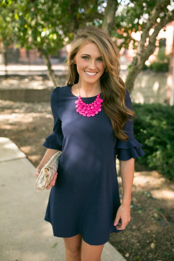 quelle tenue pour assister à un mariage, robe bleue officielle, collier plastron, sac lumineux