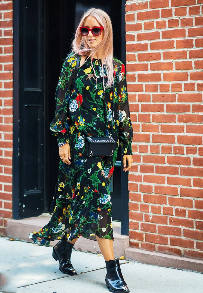 robe avec broderies, robe noire aux fleurs colorées, lunettes de soleil rouges, briques rouges