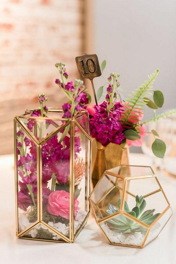 récipients géométriques avec rebords cuivrés remplis de fleurs lilas, roses et succulents