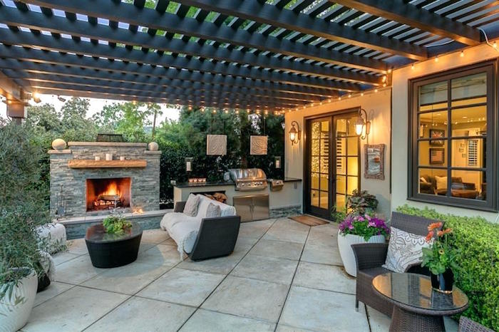 photo de terrasse de maison carrelée avec cheminée et cuisine d'extérieur