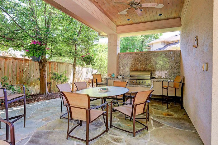 photo de terrasse couverte en bois avec cuisine d'été extérieure et sol en pierre
