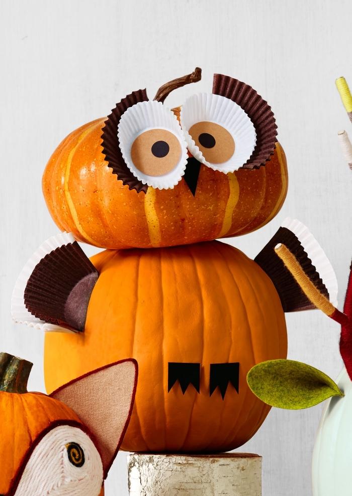 objet diy facile à partir de potirons, faux hibou pour Halloween fabriqué de citrouille et moules papier pour muffins
