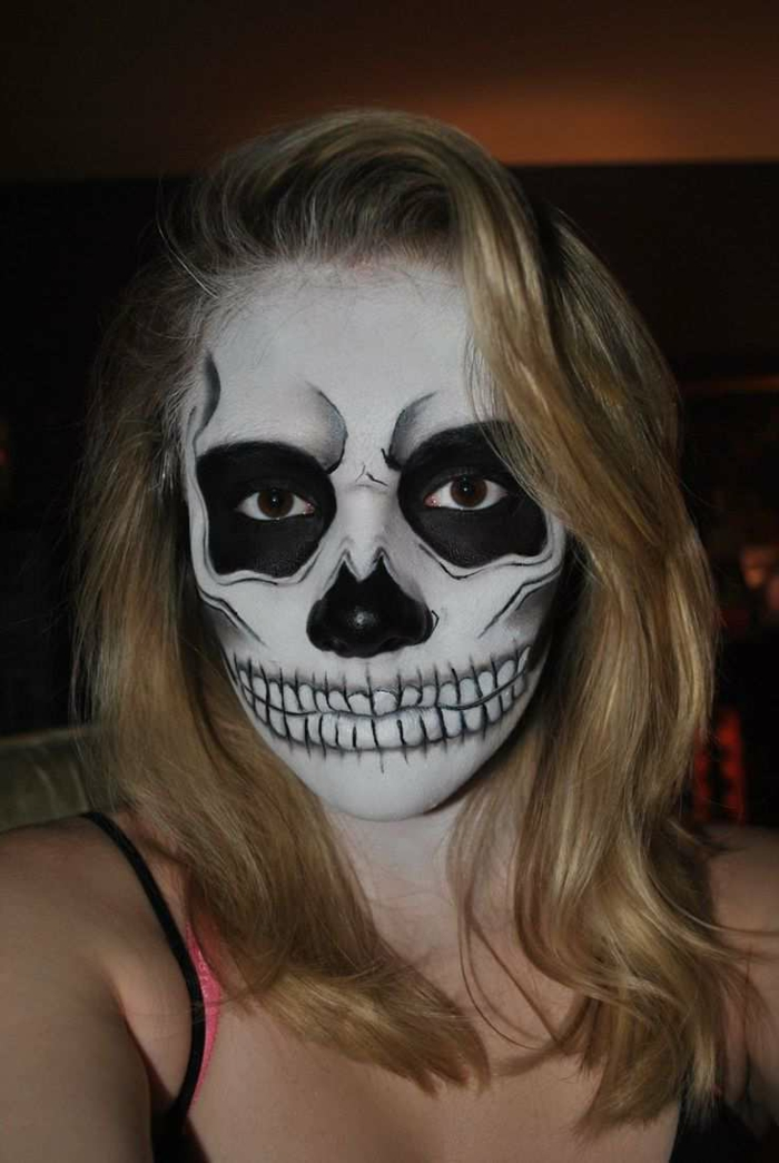 maquillage squelette facile, peinture sur visage en noir et blanc sur le visage d'une jeune file, tête de mort
