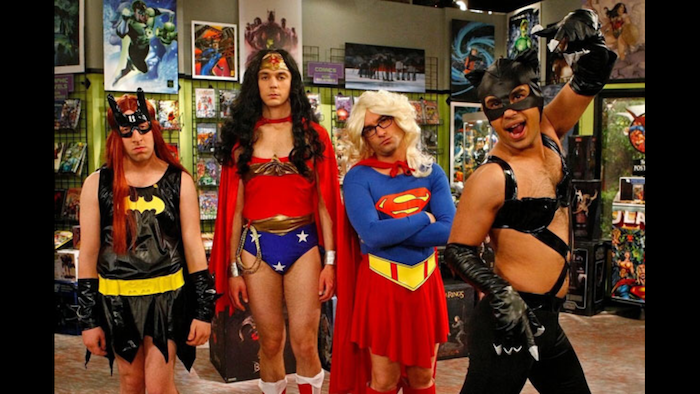 The big bang theorie costumes des super héros, amusement adulte déguisement Halloween ou Comicon ridicule, photo de série télé