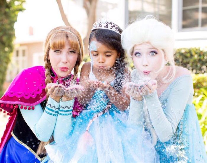 idée animation anniversaire inspiration la reine des neiges avec animatrices elsa et anna et une fille déguisée en princesse