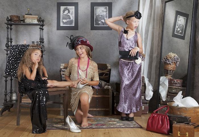 anniversaire thème vintage avec des petites filles déguisement année 20 avec un decor vintage chic, gouter d anniversaire retro chic