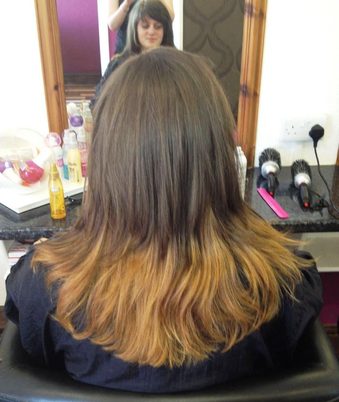 femme cheveux longs chatain noisettes avec bout blond caramel en tie and dye
