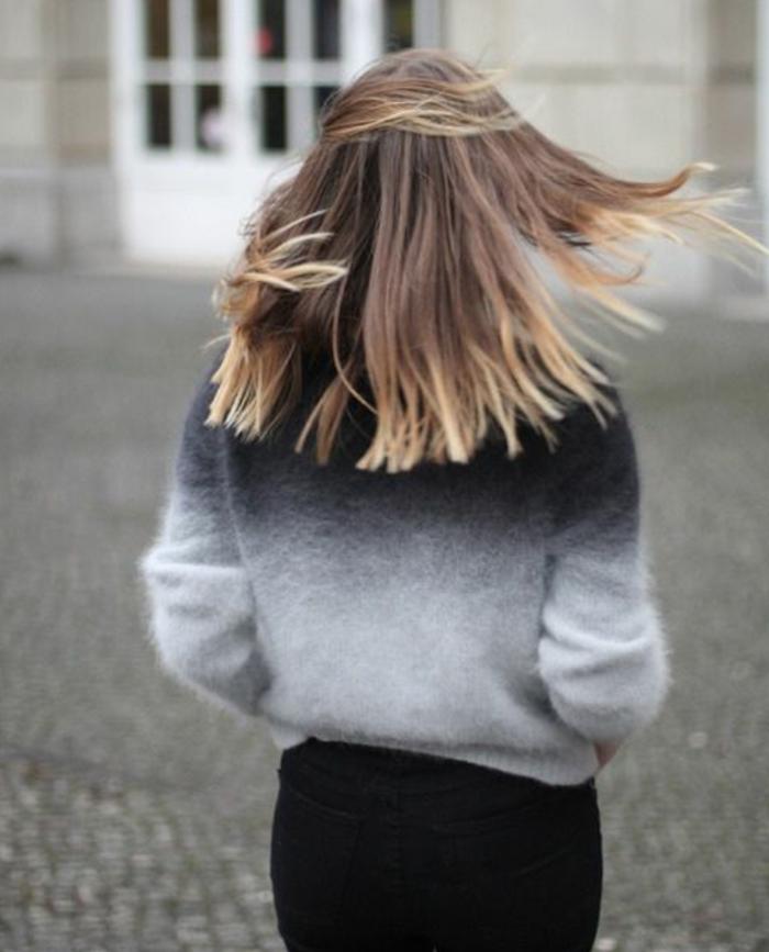 coupe cheveux longs chatain clair avec tie and dye blond sur les pointes et pull retro bicolore