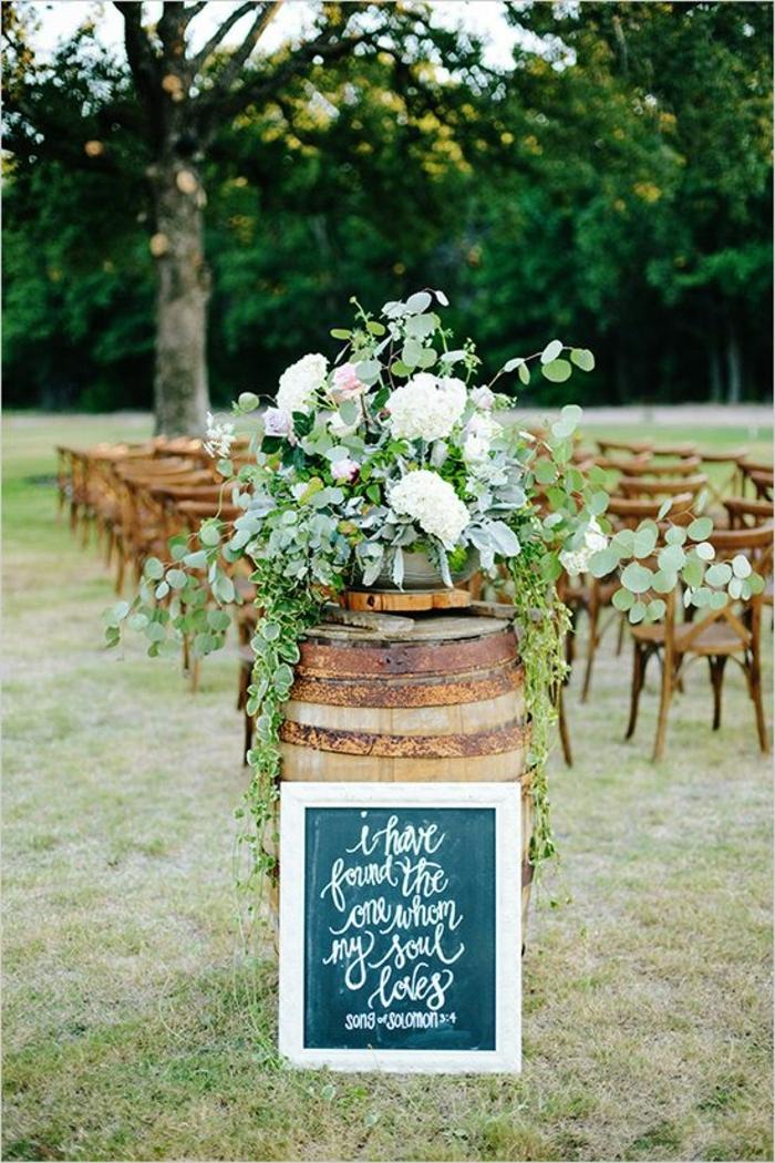 mariage champêtre à décoration romantique, cérémonie près de la forêt