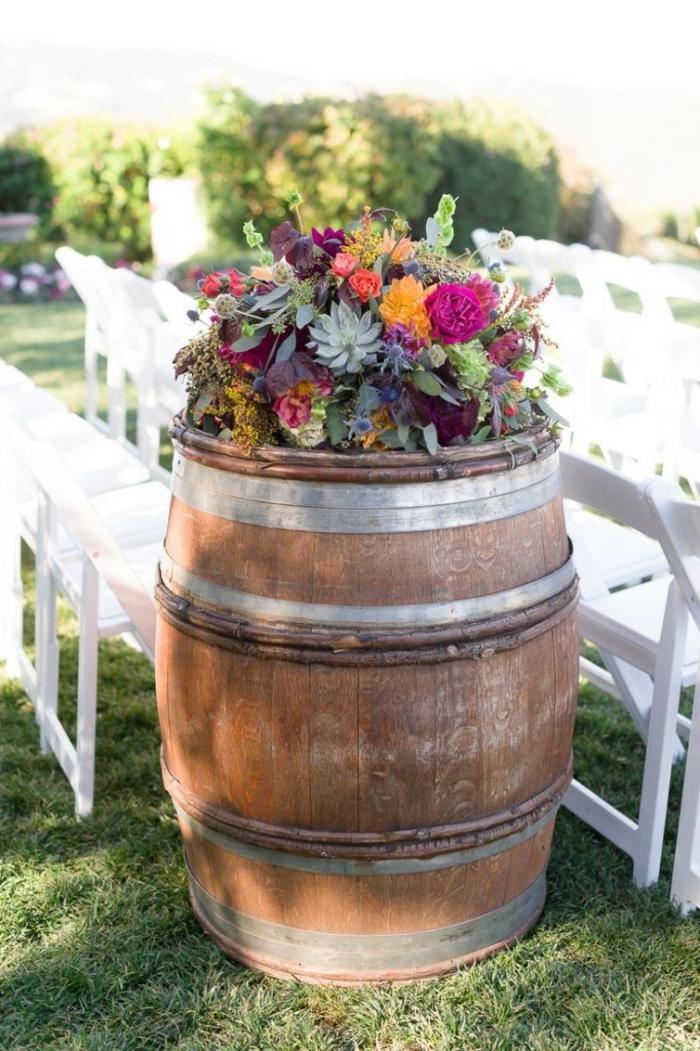 tonneau de vin décoré de plusieurs fleurs jolies fleurs, chaises peintes blanches