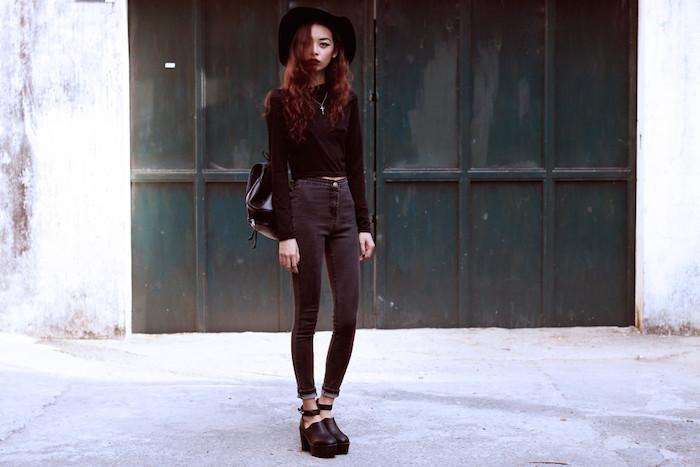 jean noir avec chemise, capeline et chaussures noires, collier avec croix, maquillage de tons foncés, sac à dos femme tendance, cheveux chatain