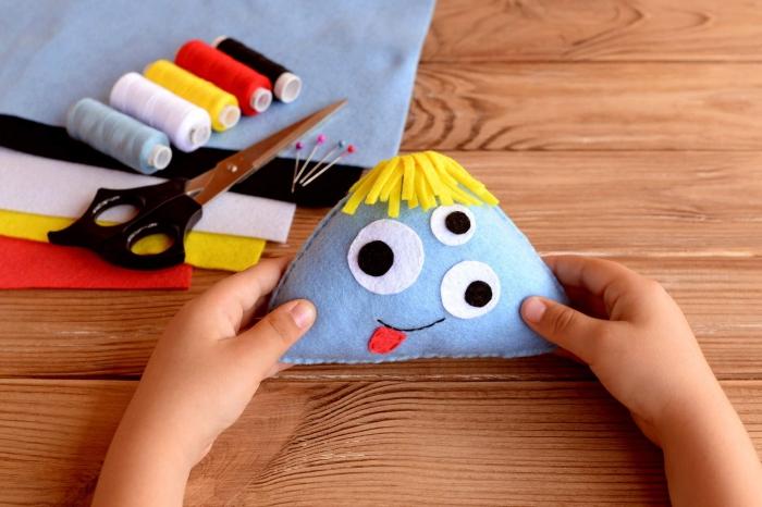 comment coudre un monstre rigolo en feutrine aux multiples yeux, activité manuelle primaire pour apprendre la couture aux enfants d'une manière ludique