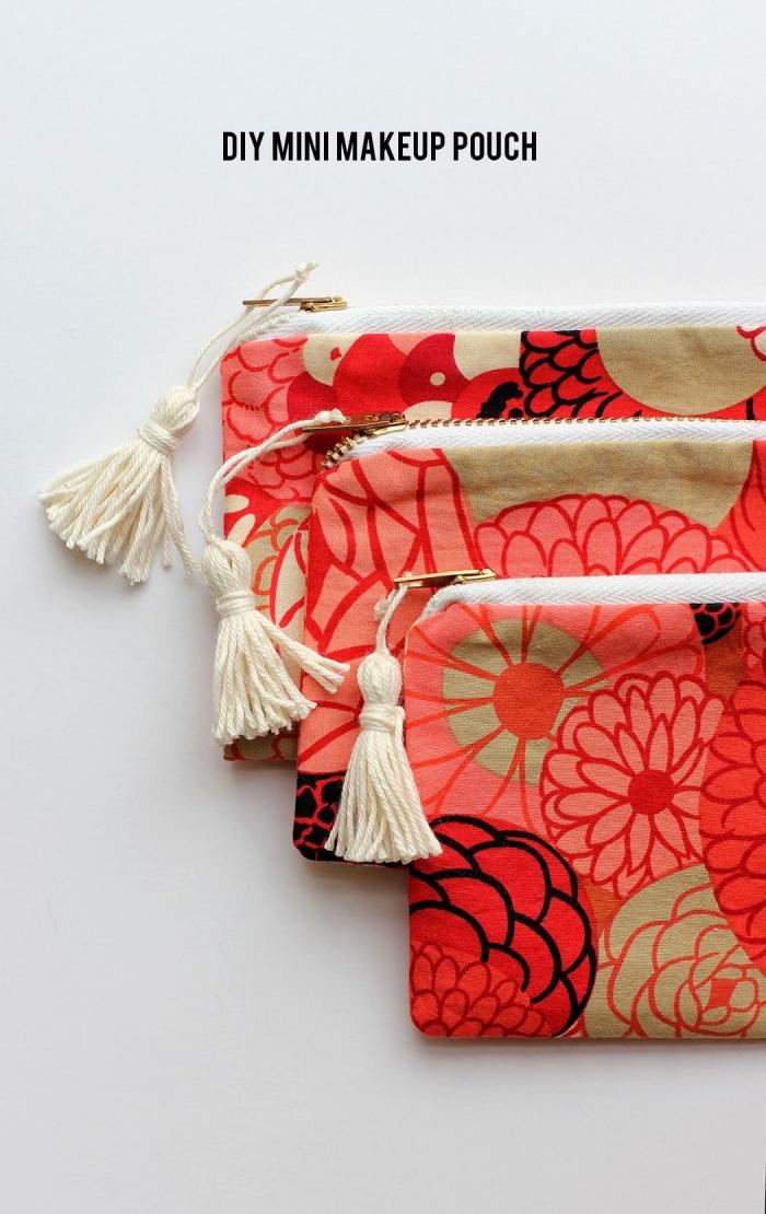 tuto couture facile d'une petite trousse a maquillage en tissu à motifs floraux avec fermeture à glissière décorée d'un pompon