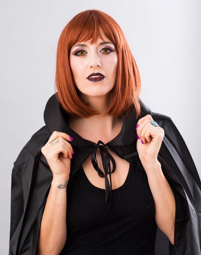 maquillage vampire fille glamour avec sa bouche bordeaux parfaitement dessinée et ses yeux charbonneux et