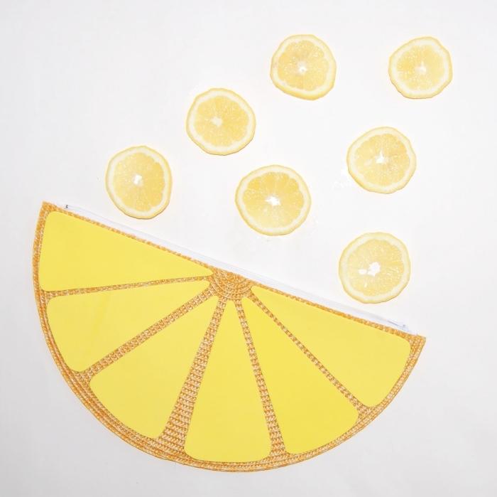 diy pochette de fantaisie originale en forme de citron jaune avec fermeture éclair réalisée à partir d'un set de table détourné