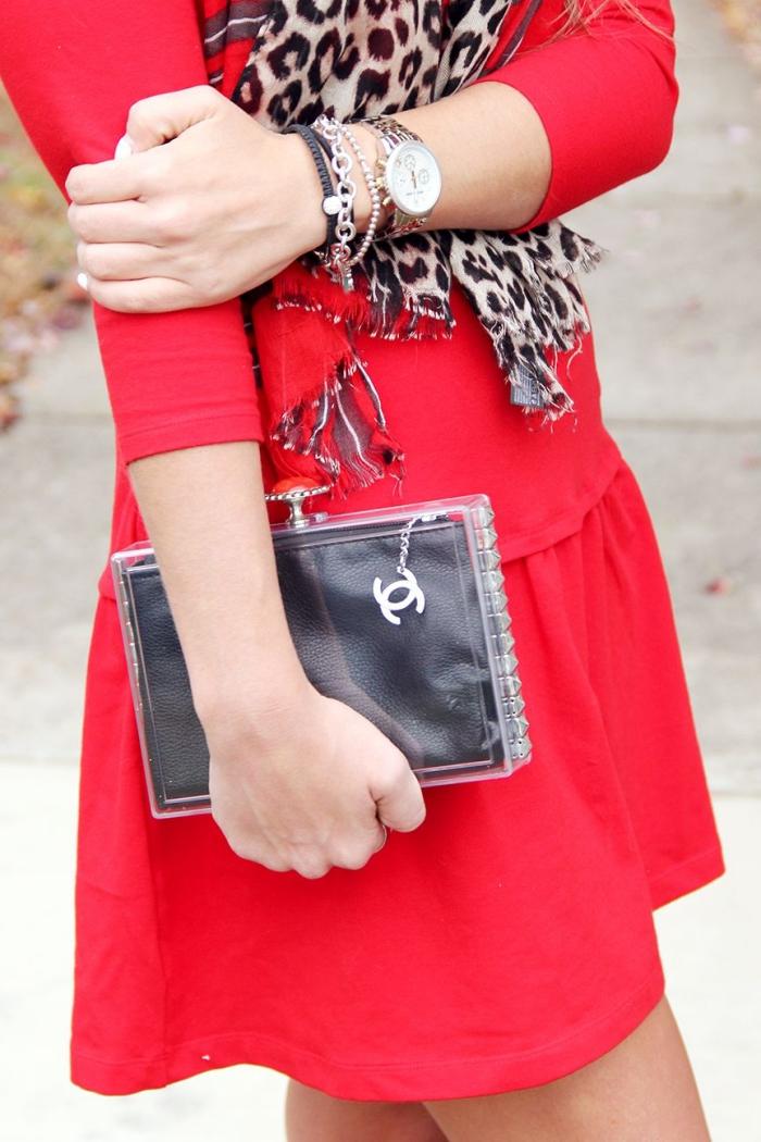 tuto sac pochette rigide en pvc transparente que vous pouvez personnaliser de mille et une manières, pochette transparente cloutée pour accessoiriser un look de soirée