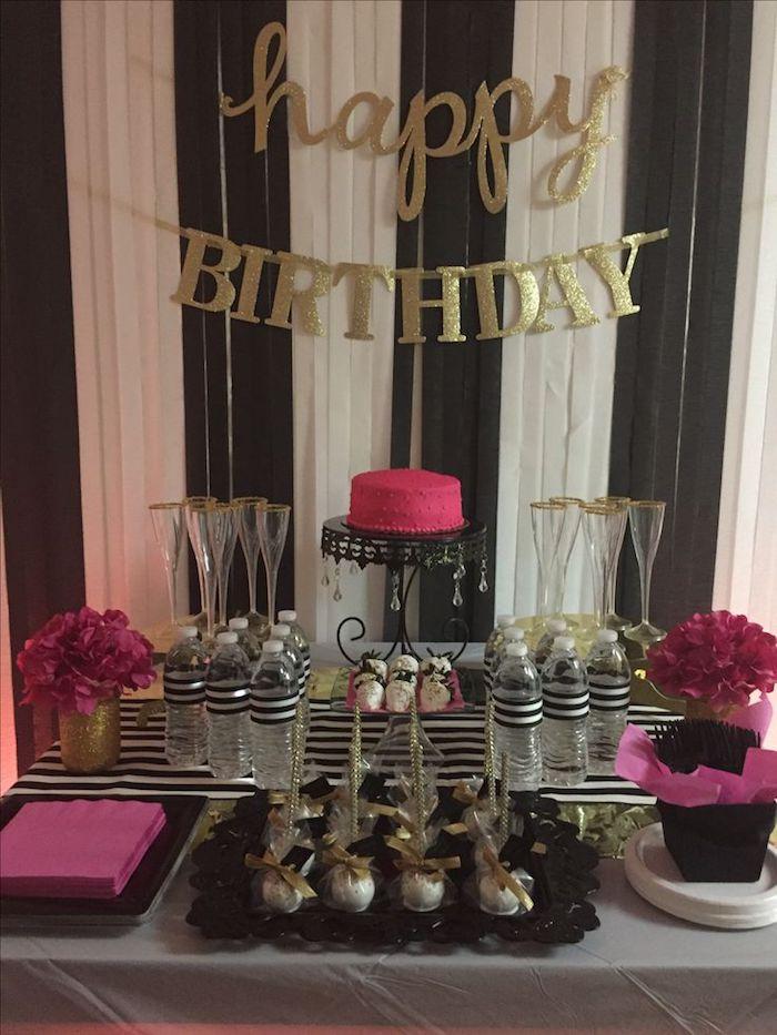 Comment fêter ses 18 ans façon inoubliable, joyeux anniversaire 18 ans table anniversaire avec guirlande de deco