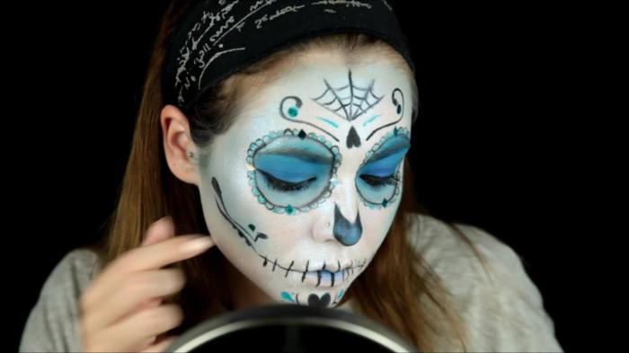 toile d'arraignée, fille au visage blanc, deux grands cercles bleus, traces noires aux lèvres