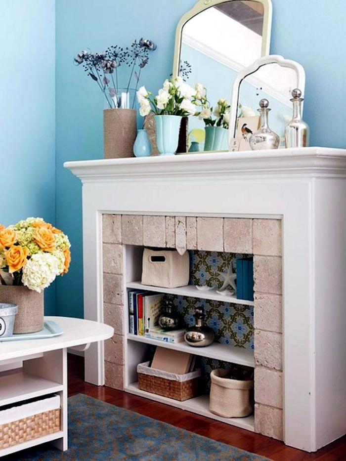 relooker une cheminée avec manteau blanc et cadre en pierres en étagère et bibliotheque dans salon murs bleu ciel
